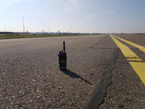Portofoon op landingsbaan Schiphol